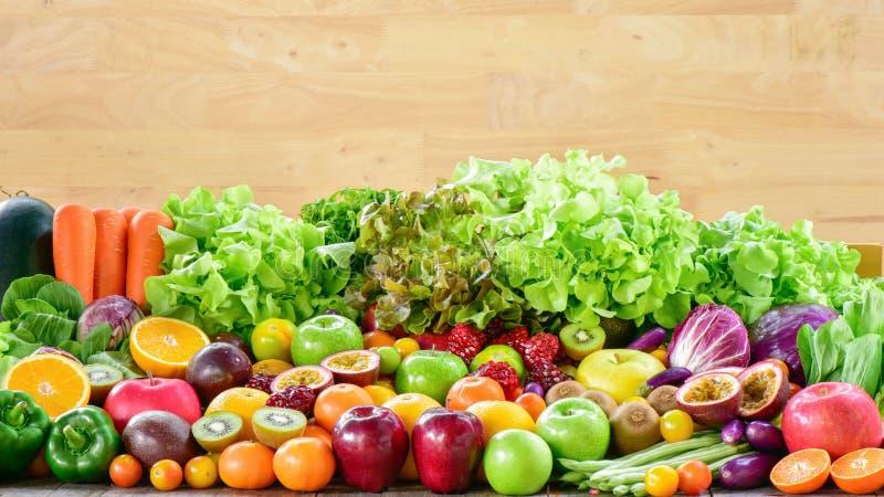 Groep diverse verse vruchten en groenten voor gezond royalty-vrije stock afbeelding