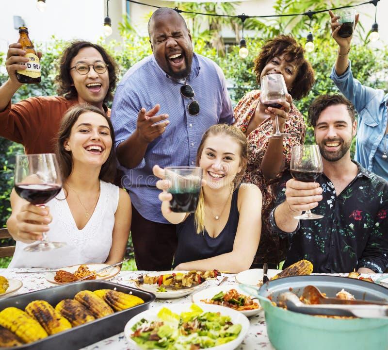 Groep diverse vrienden die de zomer van partij samen genieten stock afbeelding