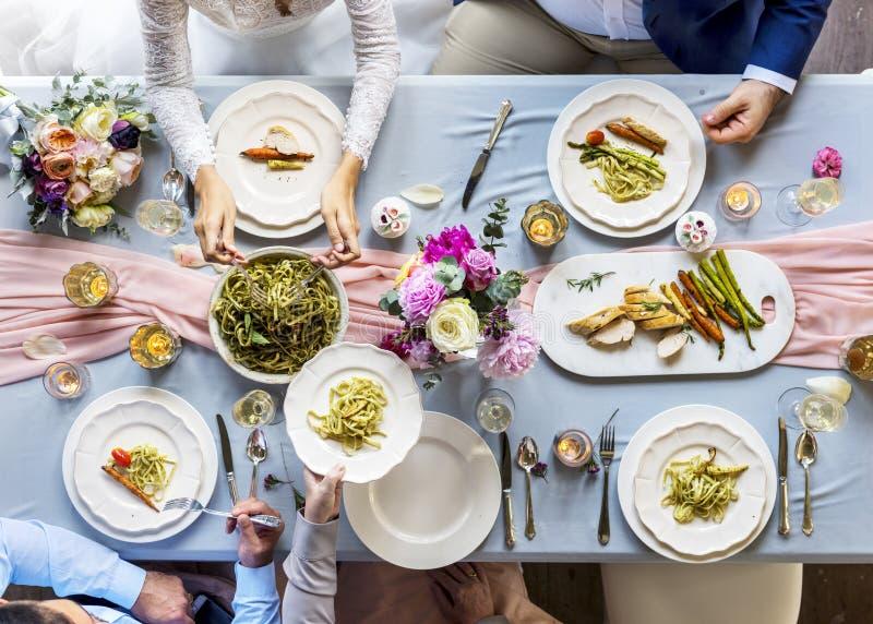 Groep Diverse Vrienden die Hebbend Voedsel zich samen verzamelen royalty-vrije stock foto's
