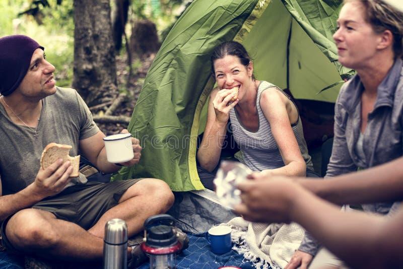 Groep diverse vrienden die in het bos kamperen royalty-vrije stock foto's