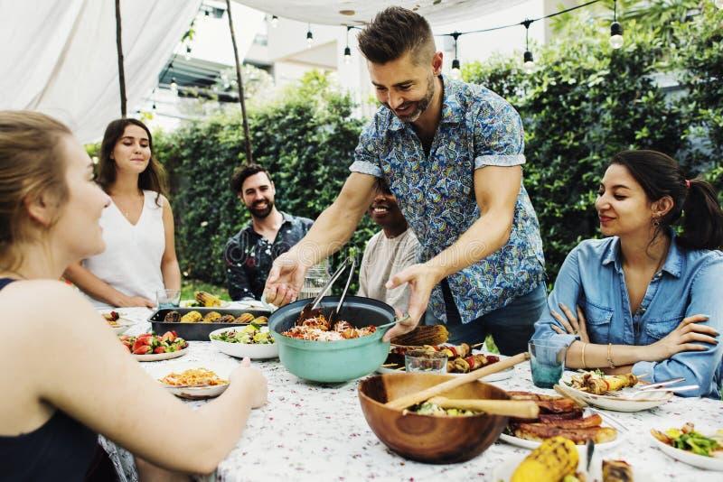 Groep diverse vrienden die van de zomer genieten stock fotografie