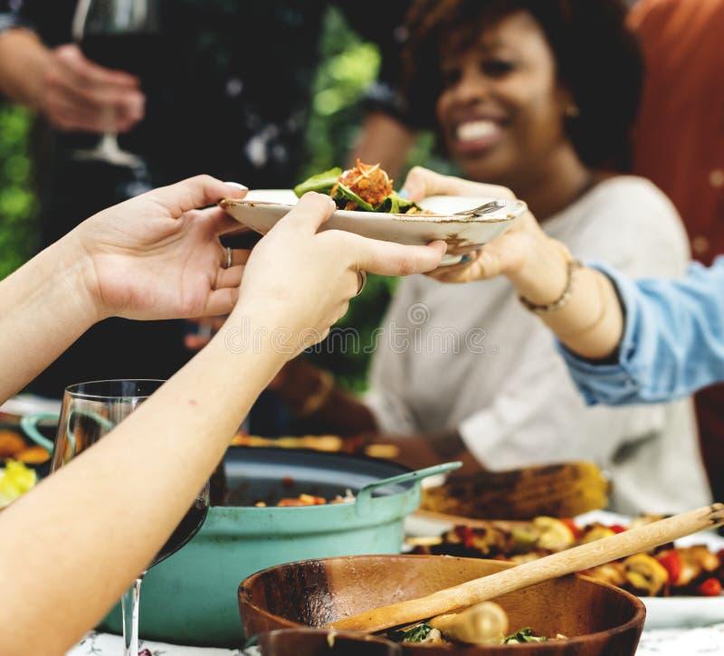 Groep diverse vrienden die van voedsel genieten royalty-vrije stock foto