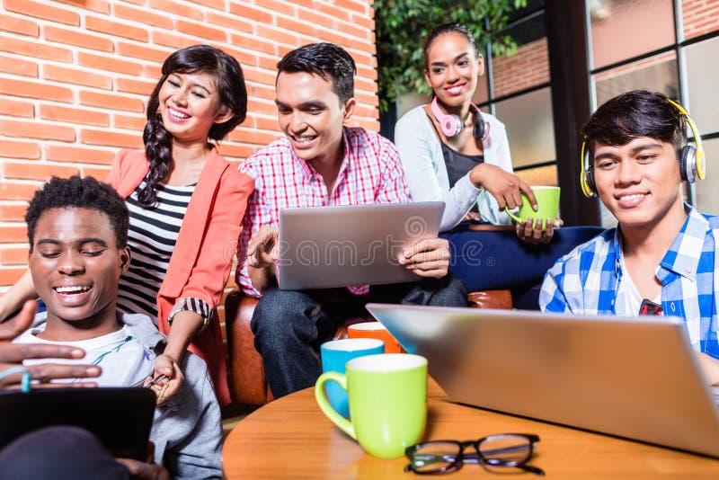 Groep diversiteitsstudenten die op campus leren royalty-vrije stock foto's