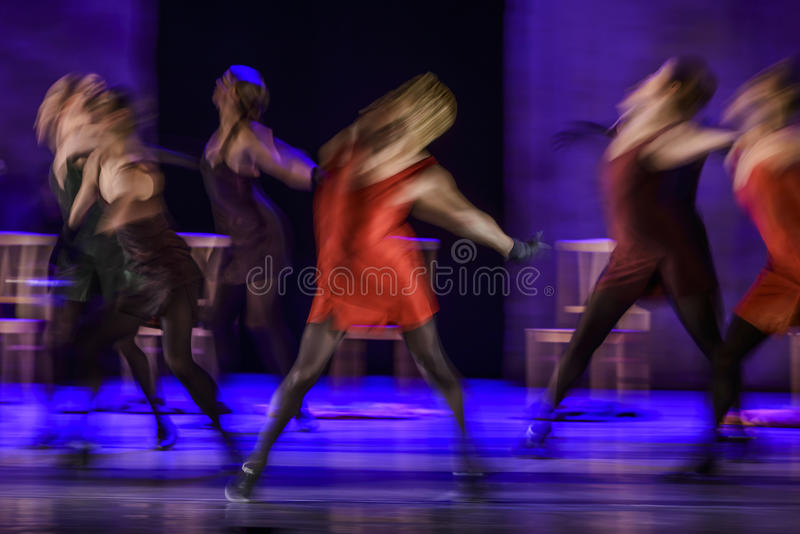 Groep eigentijdse dansers die op stadium presteren royalty-vrije stock afbeelding
