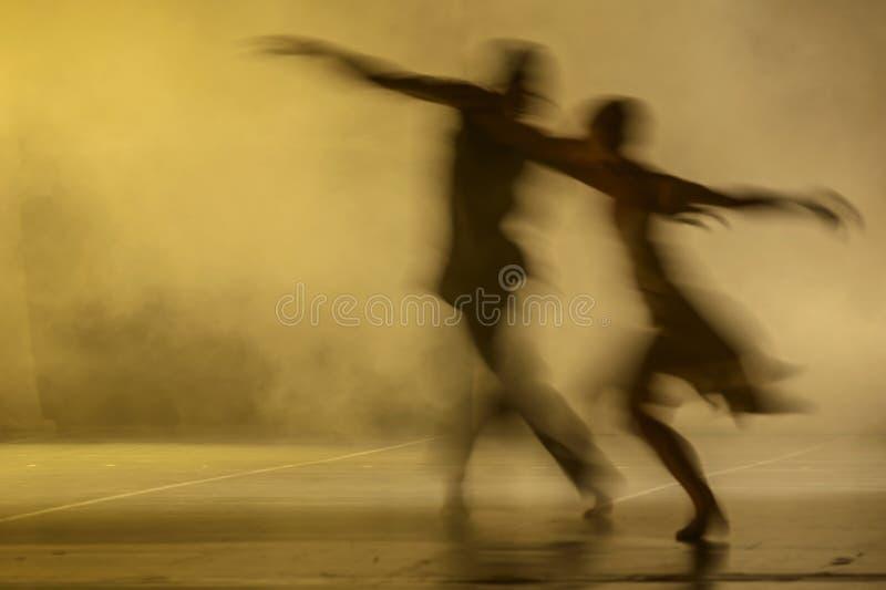 Groep eigentijdse dansers die op stadium presteren stock afbeelding