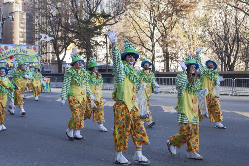 Groep en clowns die lopen golven stock afbeeldingen