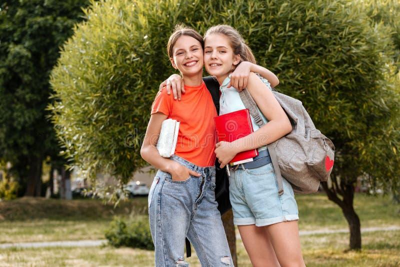 Groep en schoolkinderen die lachen omhelzen stock foto