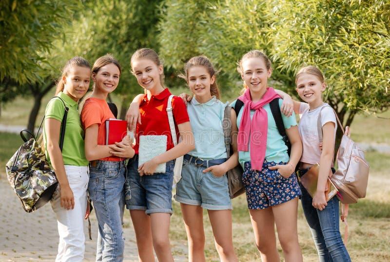 Groep en schoolkinderen die lachen omhelzen royalty-vrije stock fotografie