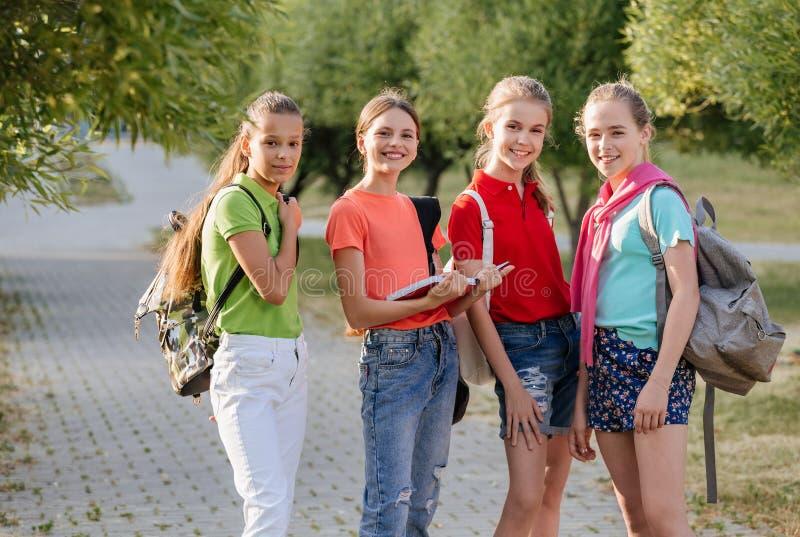 Groep en schoolkinderen die lachen omhelzen royalty-vrije stock foto