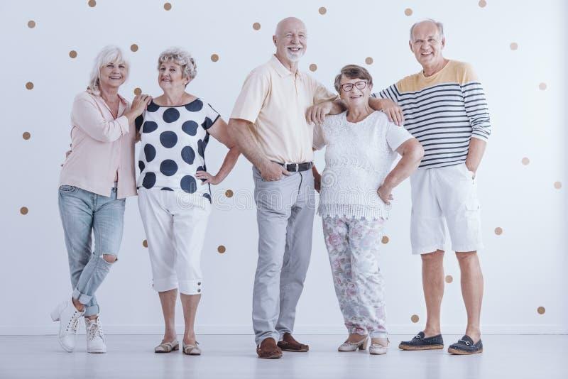 Groep enthousiaste hogere mensen stock foto's