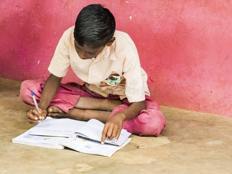 Groep ernstige de jongensklasgenoten die van kinderenvrienden met boekzitting bestuderen op vloer openlucht bij de schoolspeelpla stock afbeelding