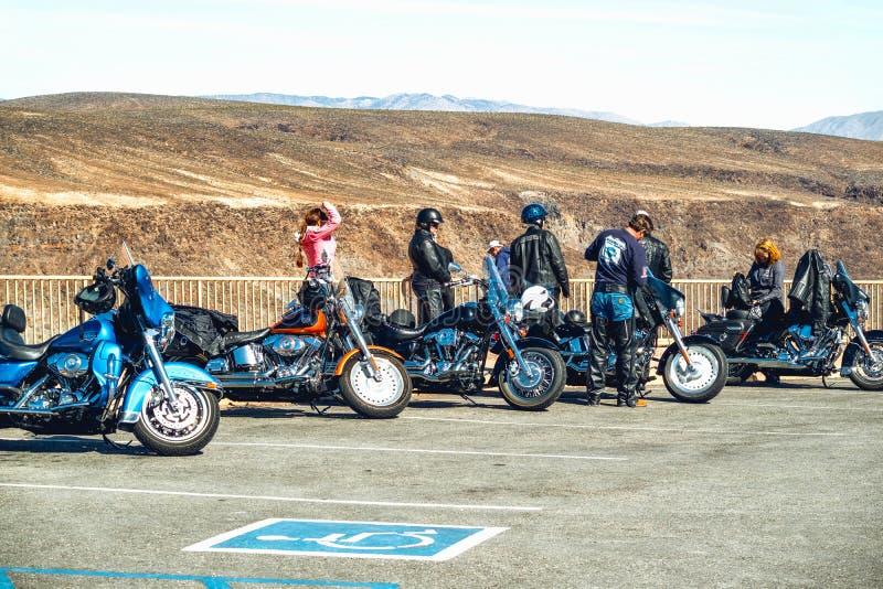 Groep Fietsers op een bergachtige weg De Reis van de doodsvallei Extreme Sport, Actieve levensstijl, Avonturenconcept stock foto's