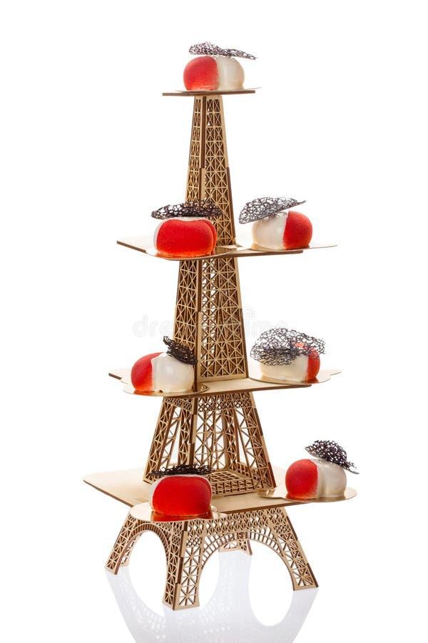 Groep Franse die moussecakes in vorm van hart, met rode en witte glans wordt behandeld royalty-vrije stock foto's