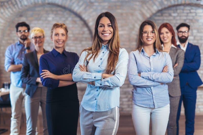 Groep gelukkig bedrijfsmensen en bedrijfpersoneel in modern bureau royalty-vrije stock afbeeldingen