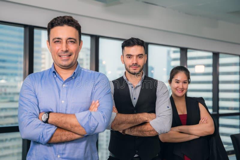 Groep gelukkig bedrijfsmensen en bedrijfpersoneel in modern bureau, representig bedrijf Selectieve nadruk stock afbeelding