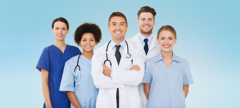 Groep gelukkige artsen over blauwe achtergrond stock afbeelding