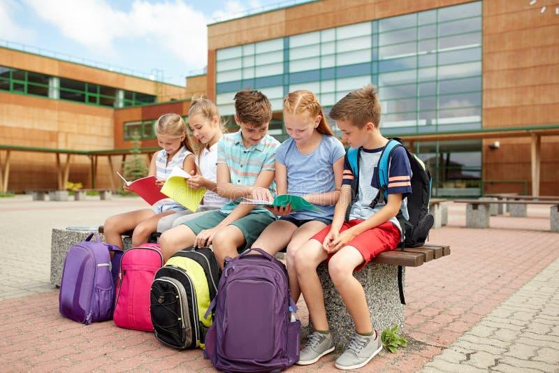 Groep gelukkige basisschoolstudenten in openlucht royalty-vrije stock foto's