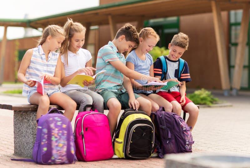 Groep gelukkige basisschoolstudenten in openlucht stock afbeelding