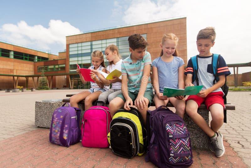 Groep gelukkige basisschoolstudenten in openlucht royalty-vrije stock foto