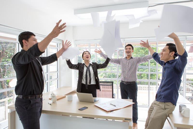 Groep gelukkige bedrijfsmensen die in bureau toejuichen Beëindig Project stock fotografie