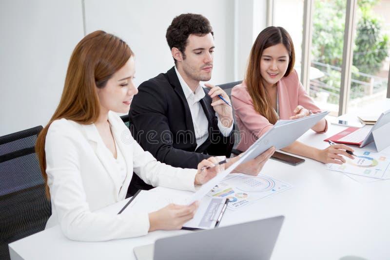 Groep gelukkige bedrijfsmensenmannen en vrouw die samen met document documentdossier werken in vergaderzaal groepswerk van twee m stock foto