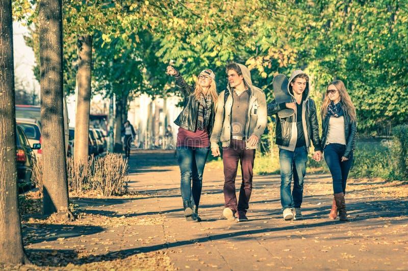 Groep gelukkige beste vrienden met alternatieve manierkleren stock fotografie