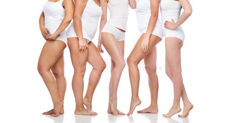 Groep gelukkige diverse vrouwen in wit ondergoed stock fotografie