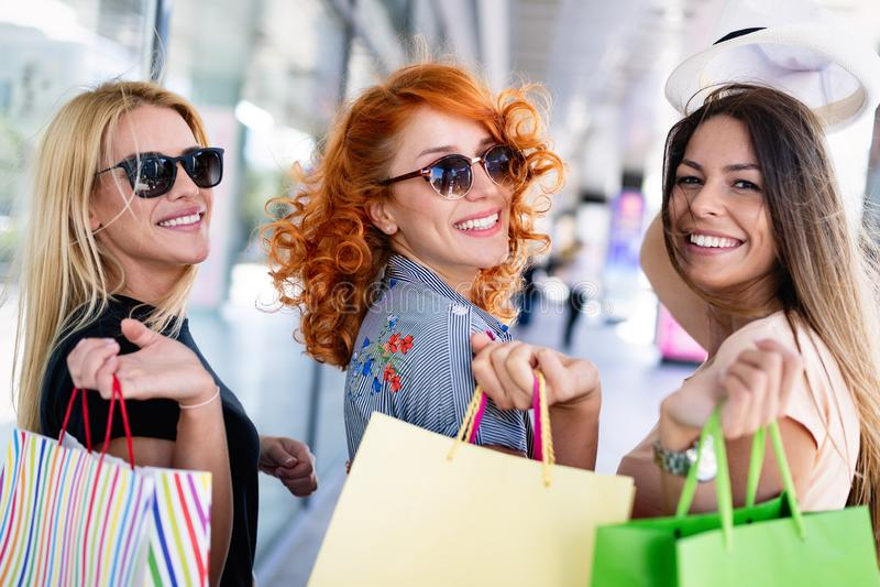 Groep gelukkige glimlachende vrienden die in de stad winkelen royalty-vrije stock afbeelding