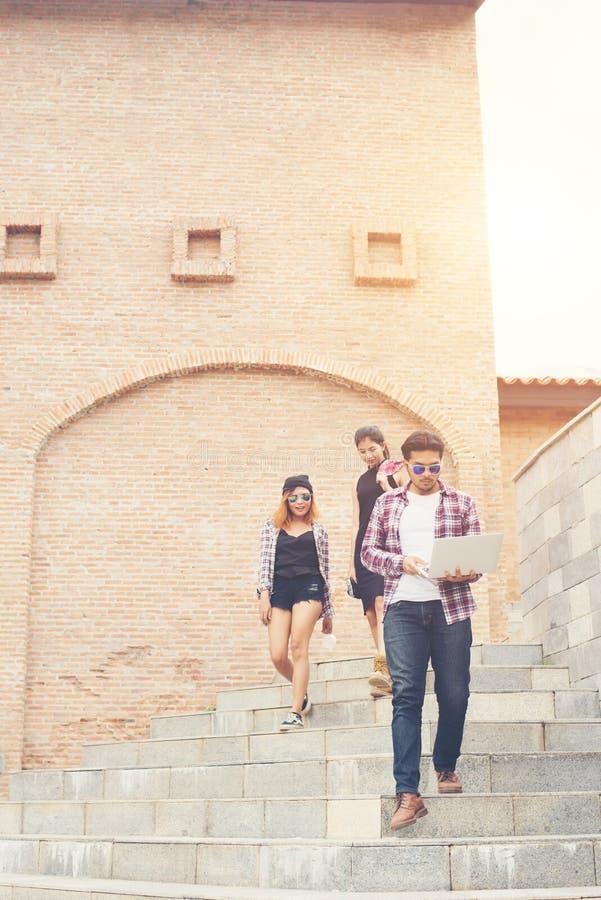 Groep gelukkige hipster tienerstudenten die onderaan de treden lopen royalty-vrije stock fotografie