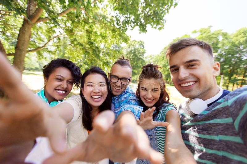 Groep gelukkige internationale vrienden die selfie nemen stock afbeelding
