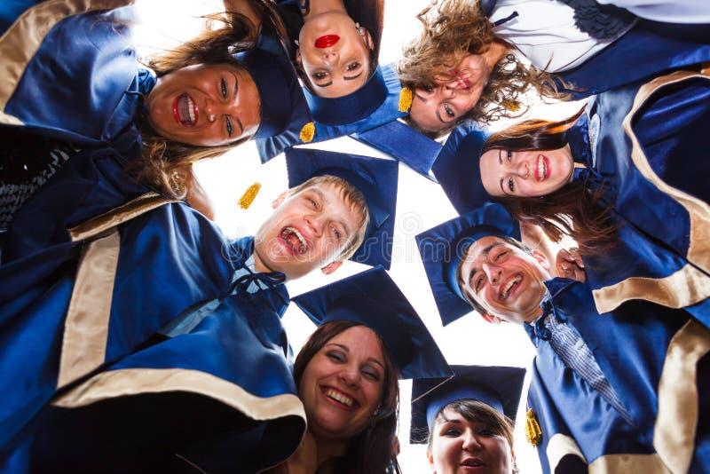 Groep gelukkige jonge gediplomeerden royalty-vrije stock foto's