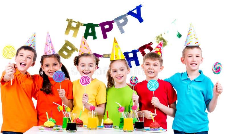 Groep gelukkige jonge geitjes met kleurrijk suikergoed stock fotografie
