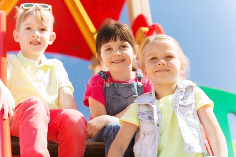 Groep gelukkige jonge geitjes op kinderenspeelplaats stock foto
