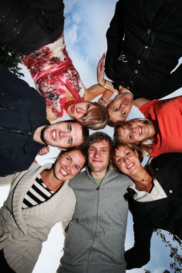 Groep gelukkige jonge mensen in cirkel royalty-vrije stock afbeeldingen