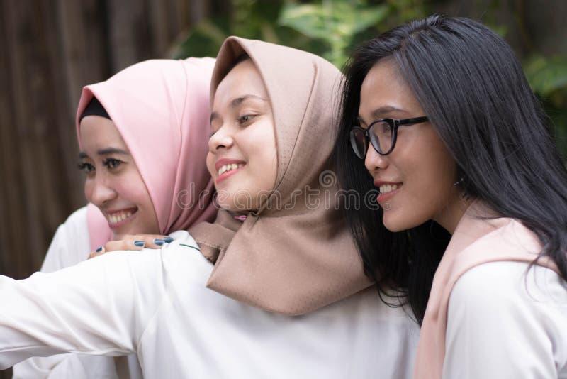 Groep gelukkige jonge moslim die selfie samen nemen royalty-vrije stock afbeeldingen
