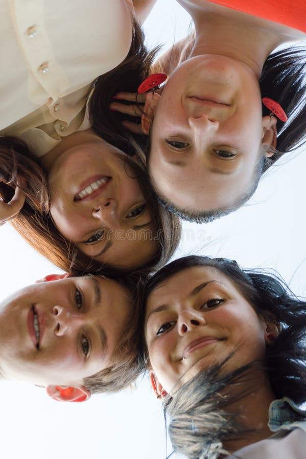 Groep gelukkige jongeren beste vrienden in openlucht royalty-vrije stock fotografie