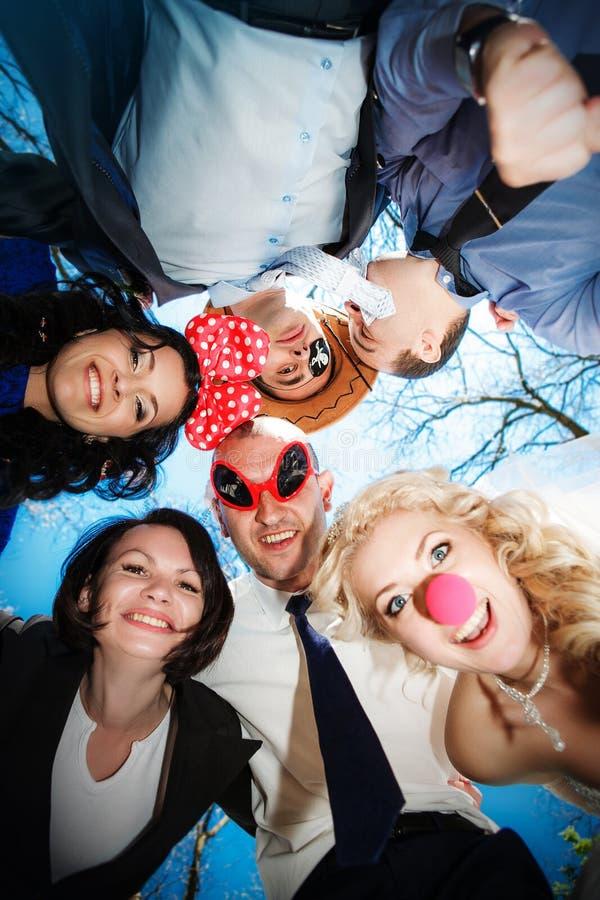 Groep gelukkige jongeren in cirkel bij blauwe hemelachtergrond royalty-vrije stock foto's