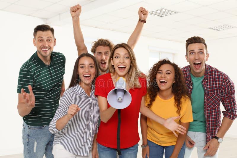 Groep gelukkige jongeren met megafoon stock afbeeldingen