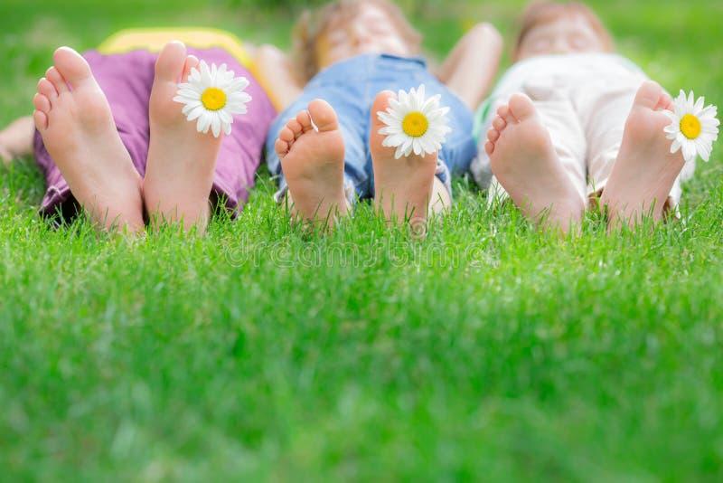 Groep gelukkige kinderen die in openlucht spelen royalty-vrije stock foto's