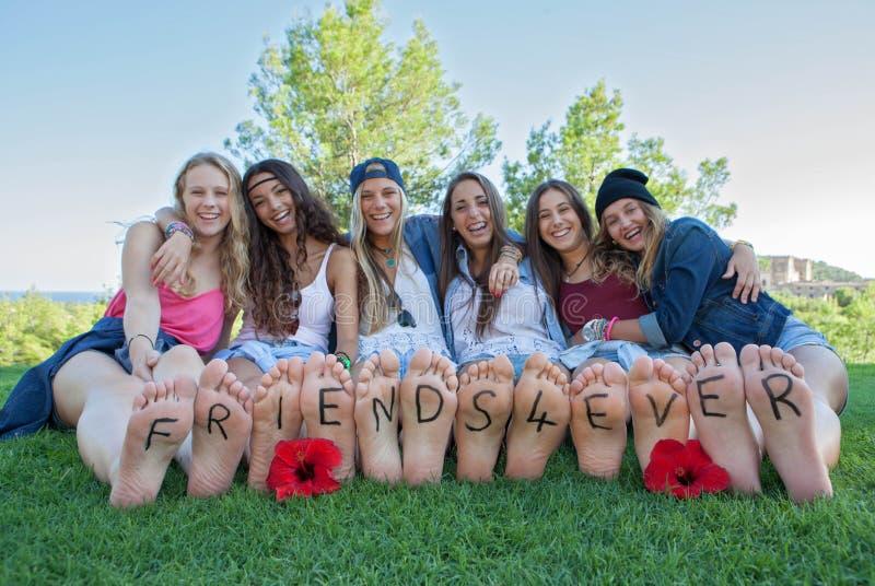 Groep gelukkige meisjesvrienden voor ooit stock foto