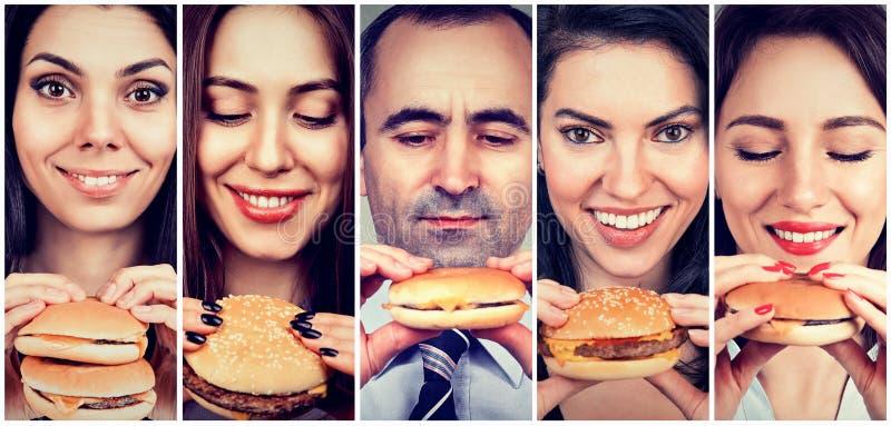 Groep gelukkige mensen die cheeseburgers eten stock afbeelding