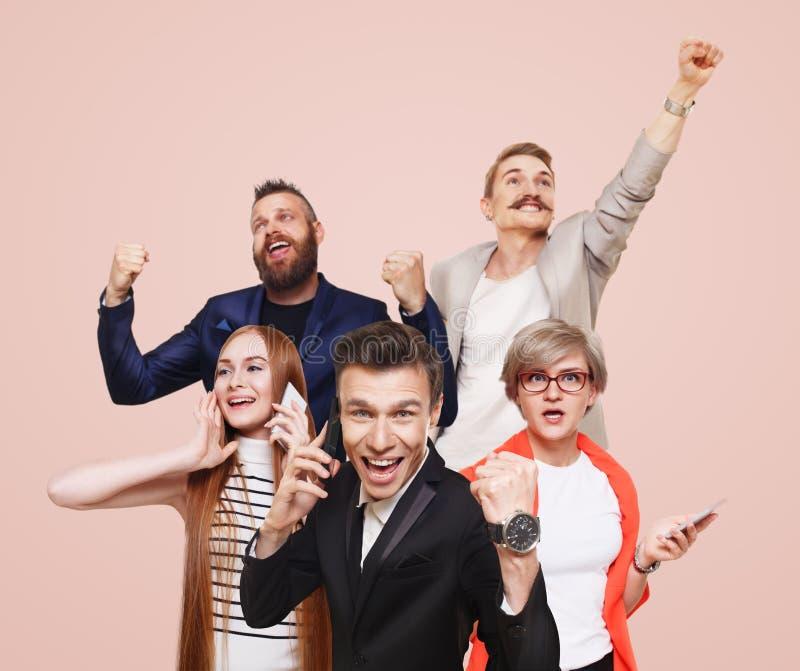 Groep gelukkige mensen, nieuws, verkoop, succesconcept royalty-vrije stock foto's