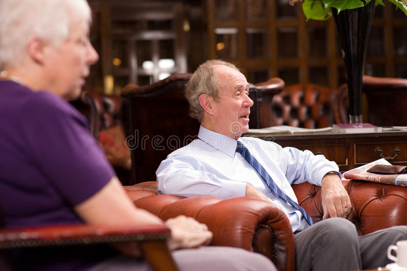 Groep gelukkige oudere vrienden royalty-vrije stock foto's