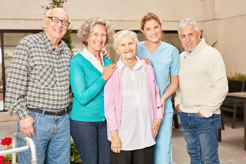 Groep gelukkige oudsten in pensioneringshuis stock afbeelding