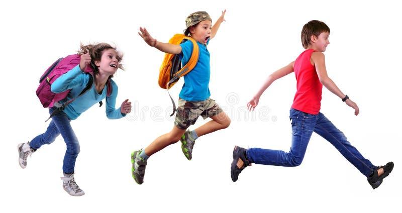 Groep gelukkige schoolkinderen of reizigers die samen lopen stock afbeelding