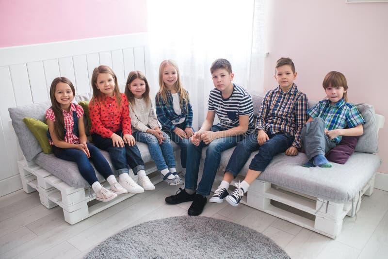 Groep gelukkige schoolmakkersmeisjes en jongensvrienden stock foto's