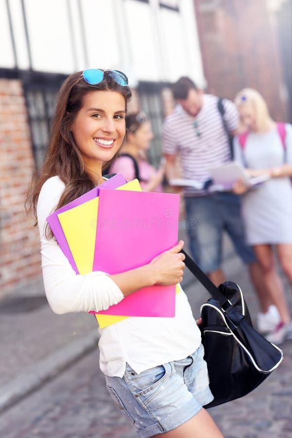 Groep gelukkige studenten die in openlucht bestuderen stock afbeeldingen