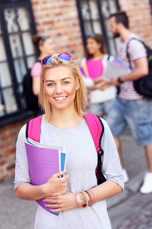 Groep gelukkige studenten die in openlucht bestuderen stock fotografie