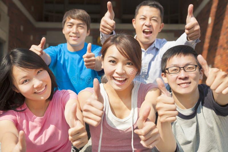Groep gelukkige studenten met omhoog duimen royalty-vrije stock afbeelding