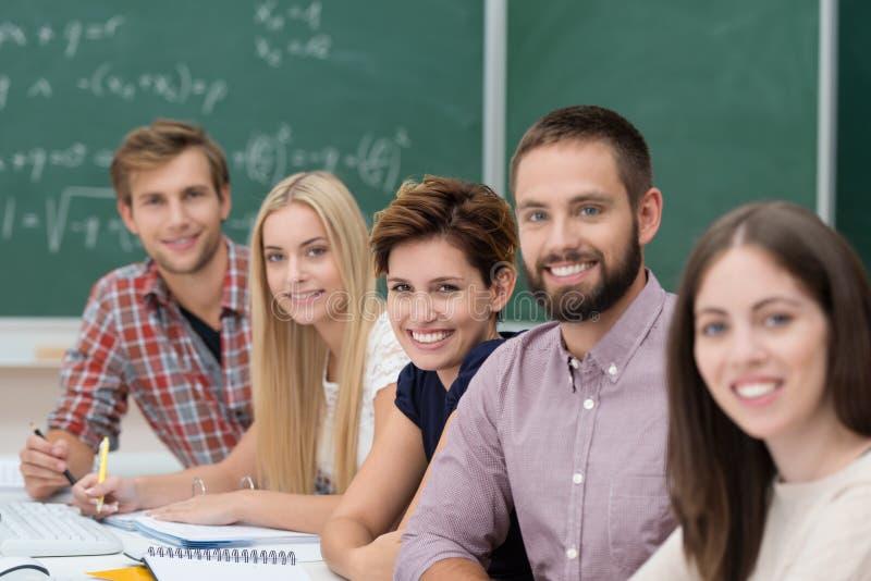 Groep gelukkige succesvolle universitaire studenten stock afbeelding